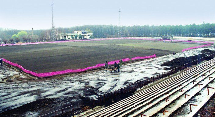 Lucrările de amenajare a terenului de fotbal cu gazon