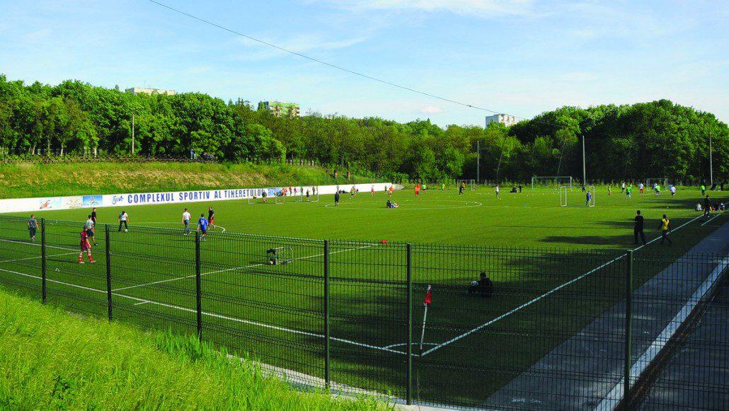 Campionatul UTM între facultăți, desfășurat pe terenul de fotbal cu iarbă artificială