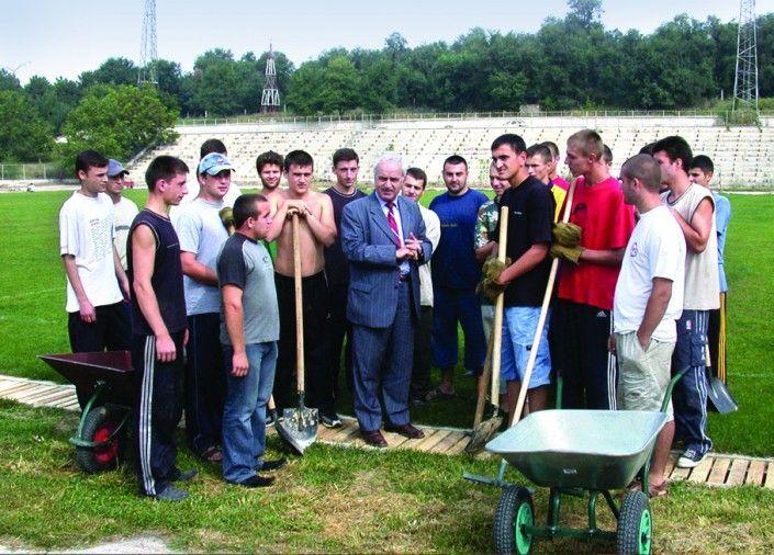 Studenții UTM organizează terenul stadionului