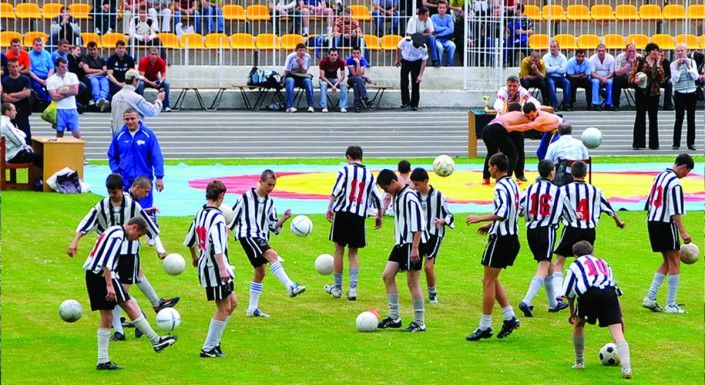 Exerciții demonstrative ale tinerilor fotbaliști